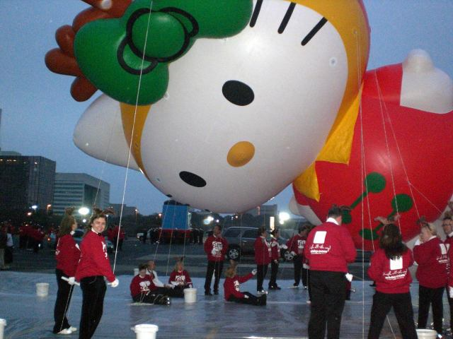 One thing less on my bucket list....yes, I have helped carry a giant Hello Kitty balloon in a Christmas parade...
